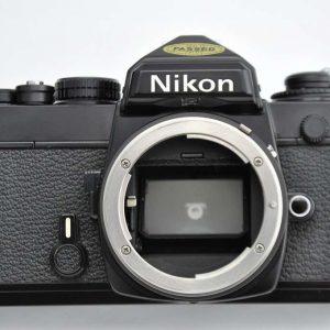 Nikon FE schwarz - Zustand A-/A mit Schlitzverschluss der Nikon FM - auch die alten AI Objektive sind nutzbar - robust und sehr kompakt