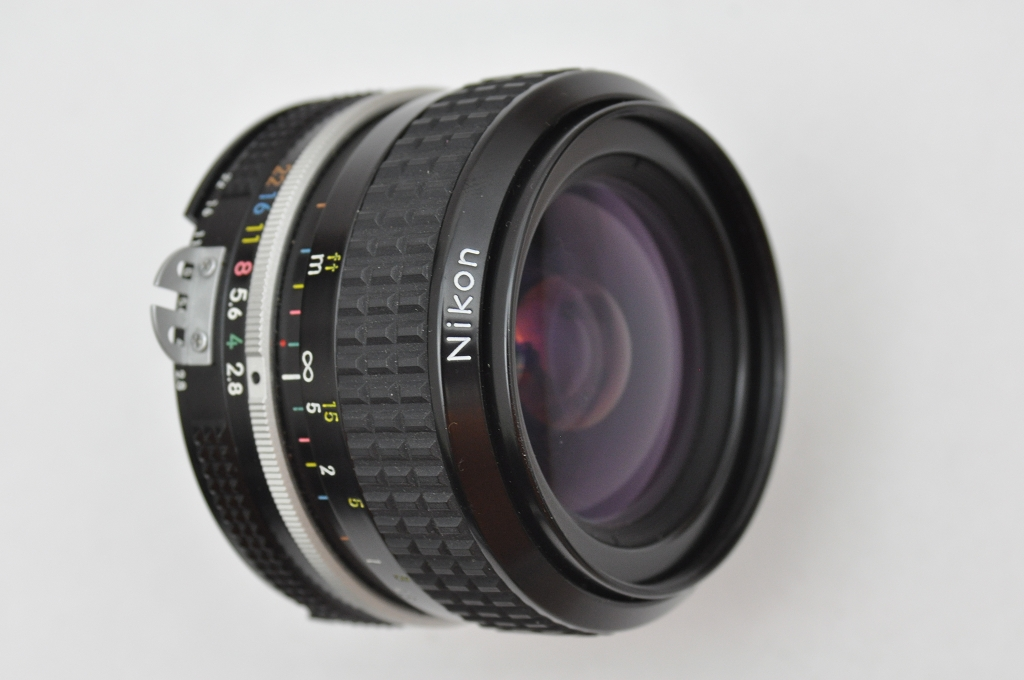Nikon Nikkor 28mm 2.8 AI ist ein sehr scharfes manuelles Objektiv ohne das CRC System