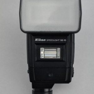 Nikon SB-16 Aufsteckblitz ist im Zustand A-/A (Batteriehalter leicht verätzt).