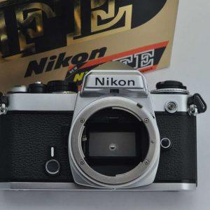 Nikon FE - Zustand A/A+ mit Schlitzverschluss der Nikon FM - auch die alten AI Objektive sind nutzbar - robust und sehr kompakt