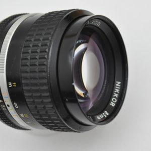 Nikon Nikkor 85mm 2.0 AIS ist aus Metall - die optischen Eigenschaften sind herausragend