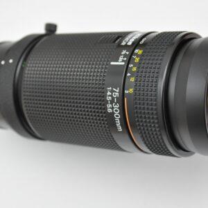 Nikon 75-300mm 4.5-5.6 AF mit Stativadapter und Gegenlichtblende